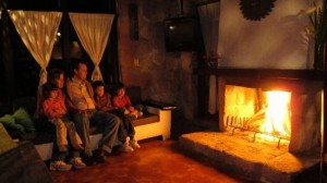 Pero no olvide de consultar primero si tienen televisión, o si no lo más entretenido que hagan en la noche será ver el fuego en la chimenea.