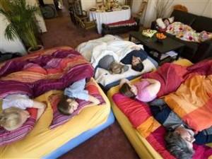 Y durmiendo tan apretados que todos sueñan lo mismo.
