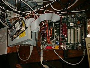 Quien escribe vio un servidor funcionando en un datacenter chileno en este mismo estado, y el terremoto había pasado hace rato.